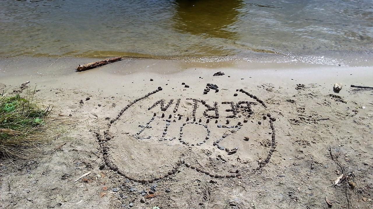 Strandherz aus Steinen am See