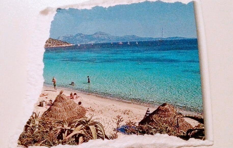 Mittelmeerstrand mit weißem Sand