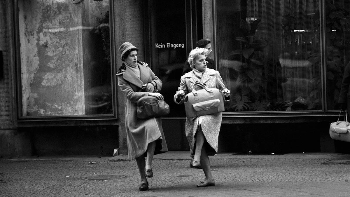 zwei frauen auf dem alexanderplatz in den 60er Jahren