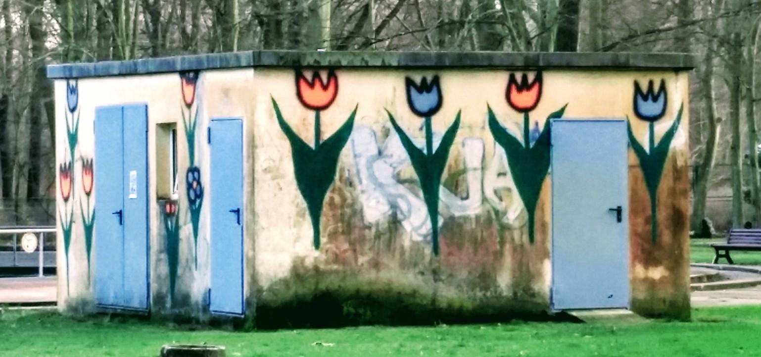 Baracke mit aufgemalten bunten Blumen